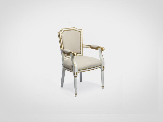 Кресло в классическом стиле белого цвета со старением