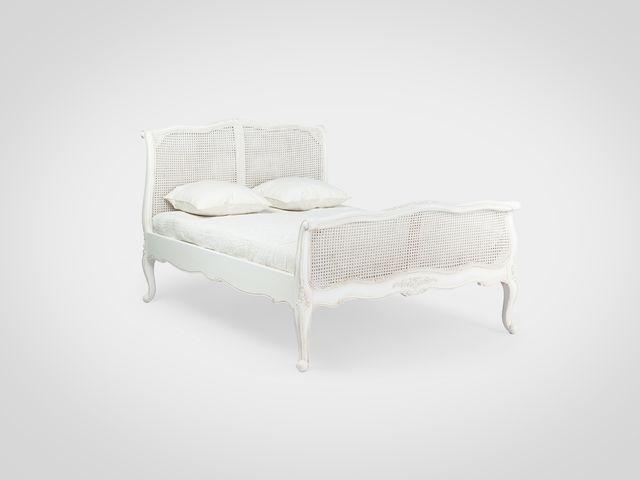 Кровать в стиле Прованс белого цвета с патиной