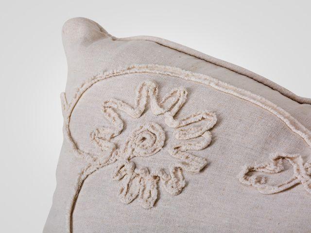 Подушка белого цвета в стиле прованс