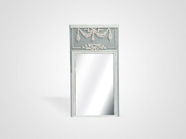 Зеркало в стиле прованс серого цвета