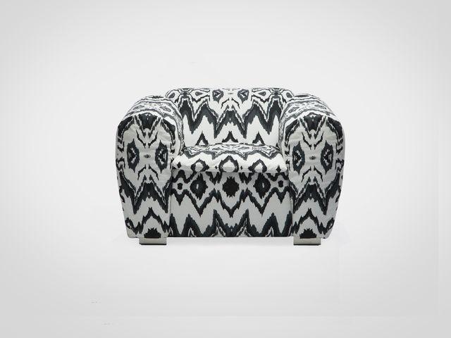 Кресло в стиле фьюжн с черно-белым орнаментом на металлических ножках